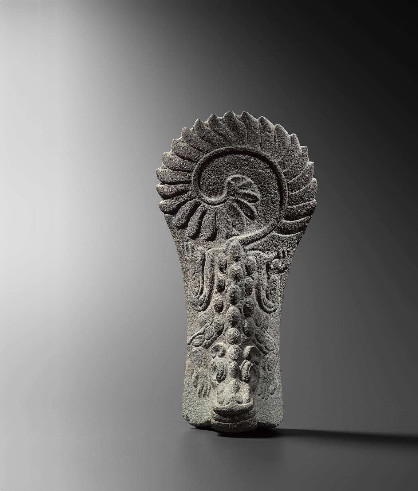 Veracruz, Mexique, époque classique, 600-900apr.J.-C. Palma «crocodile», pierre de basalte à grain fin sculptée et semi-polie, 43x22,5x11cm. Es
