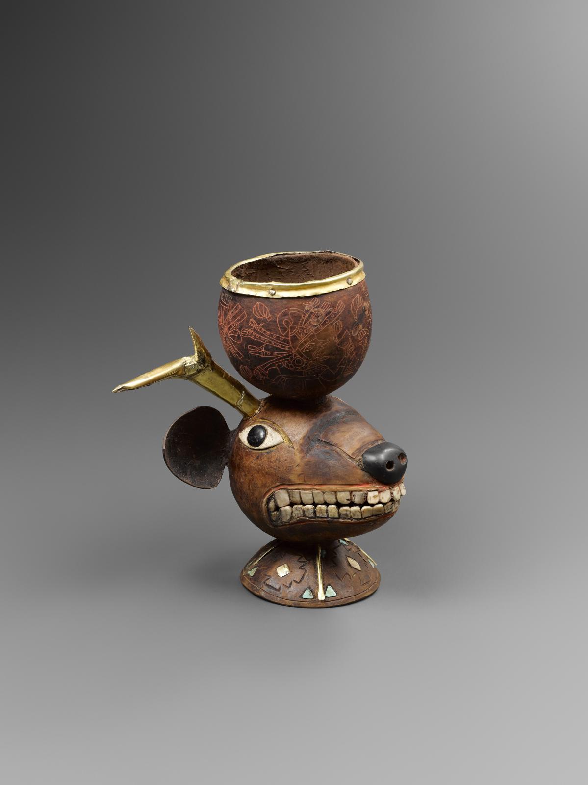 Mochica, Pérou, 100-500apr.J.-C.Coupe chamanique reposant sur une tête de cervidé, coloquinte, bois, feuille et clous d'or, nacre,pierres noires et