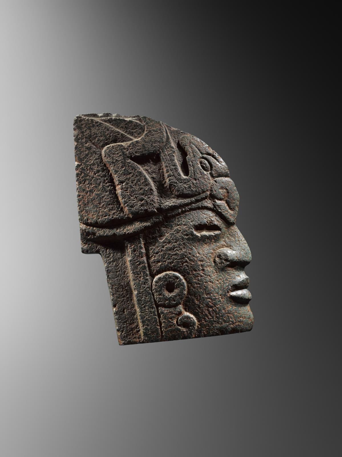 Veracruz, Mexique, époque classique, 600-900apr.J.-C. Hacha «guerrier à l'oiseau», pierre dure verte sculptée et polie, 23x16x6cm. Estimation: