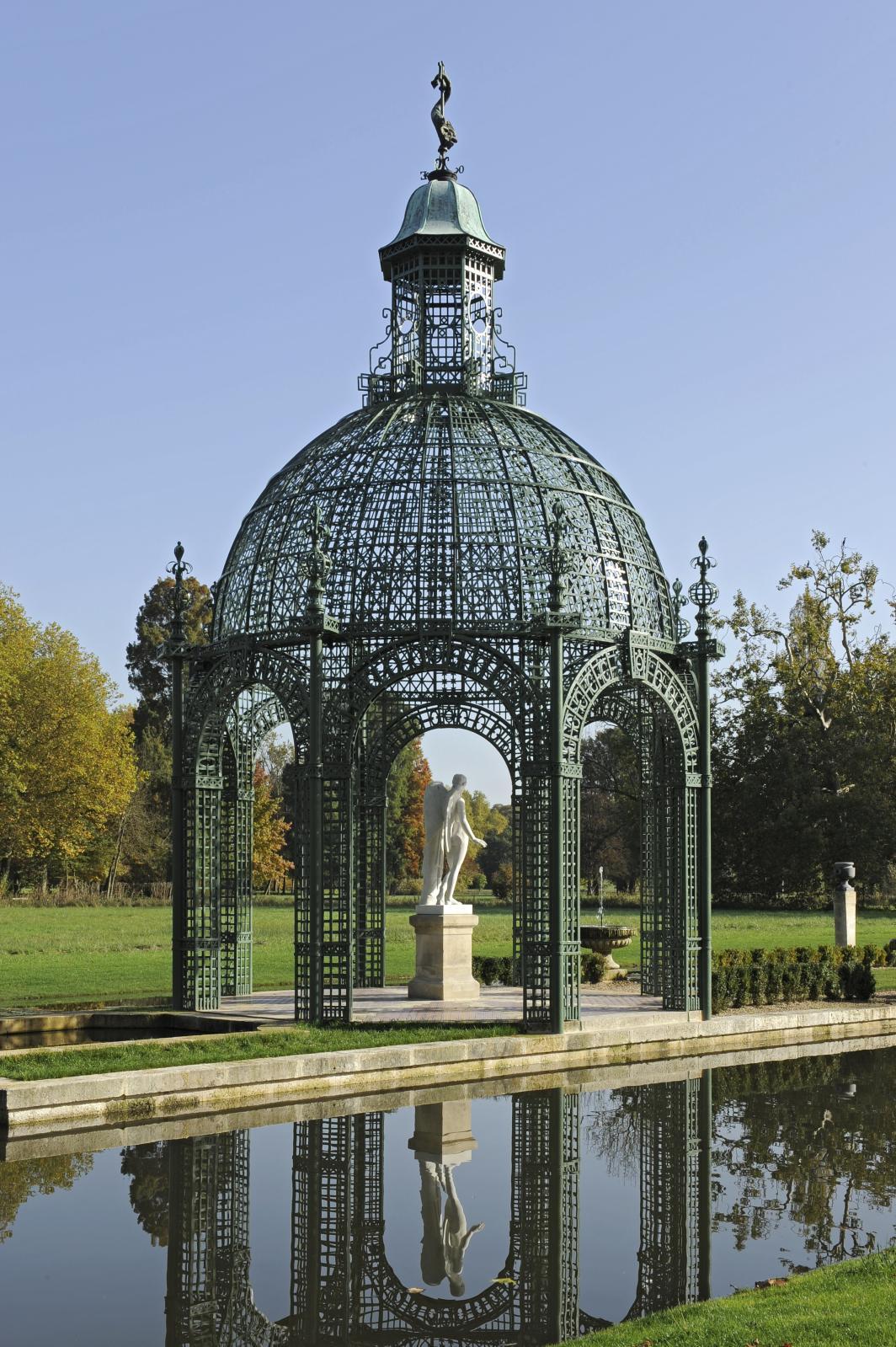 Jardins du domaine de Chantilly, le kiosque de l'île d'Amour, restauré en 2012. © OTTE