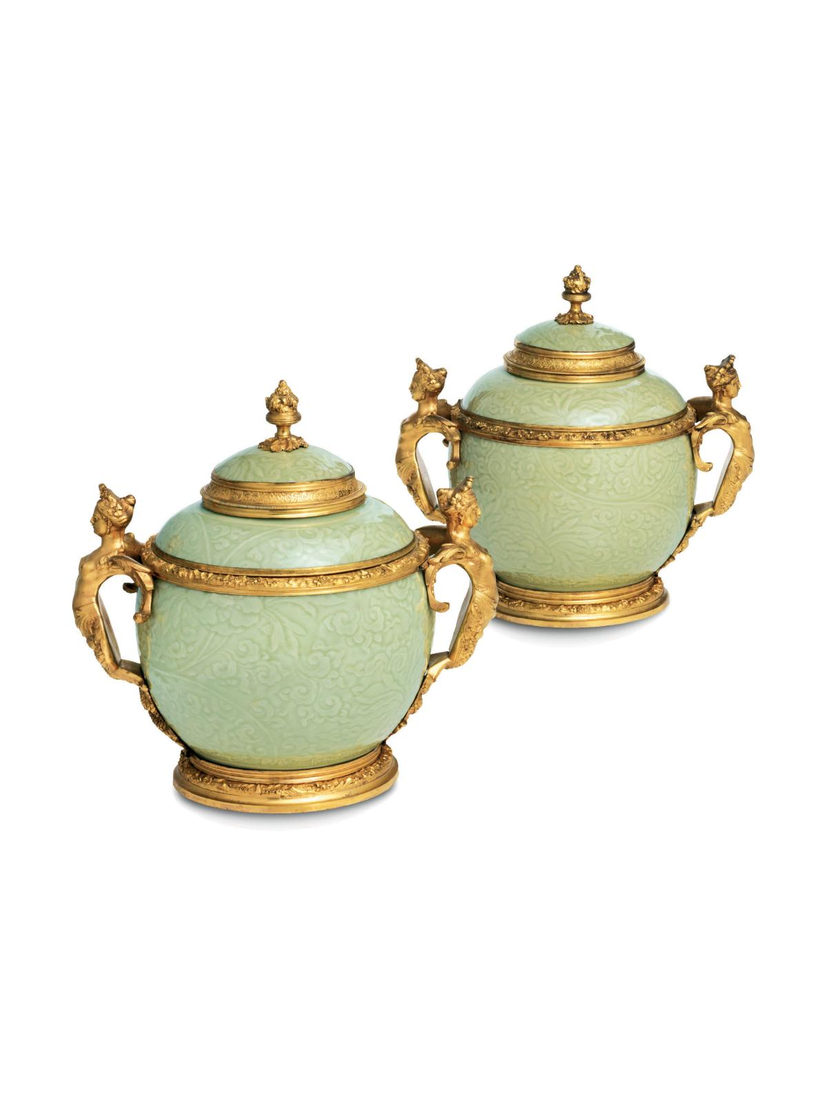 France, époque Régence, vers 1730. Porcelaine émaillée céladon gaufré à décor incisé de fleurs dans des rinceaux feuillagés, Chine, époque Kangxi; mo