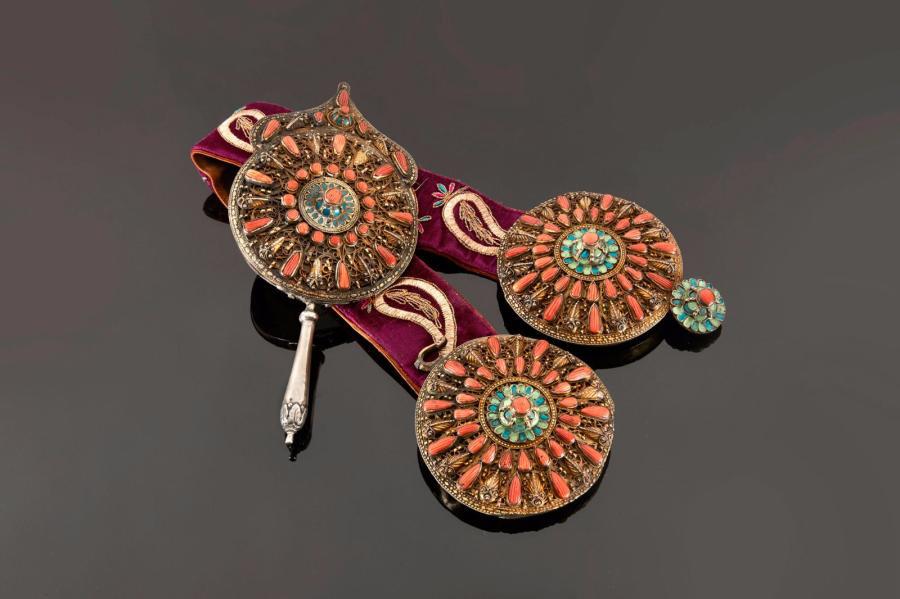 4749€Empire ottoman, fin XIXe-début XXesiècle. Miroir à main à cabochons de corail et émail bleu à décor de rosace, h.26,5cm, vendu avec une cein