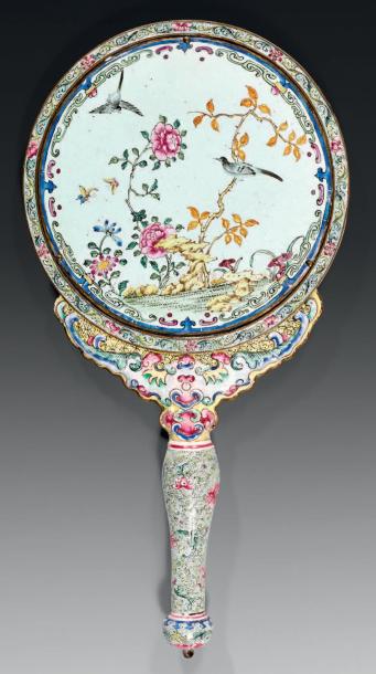 880€Miroir à main de forme ovale, monture en argent décorée en applique de palmettes et fleurs, Moscou 1908-1917, maître orfèvre Fabergé, l.20,5cm.