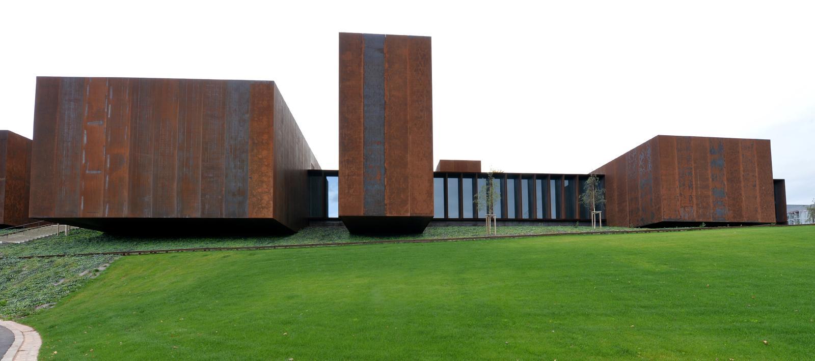 Élégant édifice d'acier Corten, le musée est l'œuvre du collectif catalan RCR Arquitectes, couronné du prix Pritzker 2017. ©RCR - Photothèque Rodez A