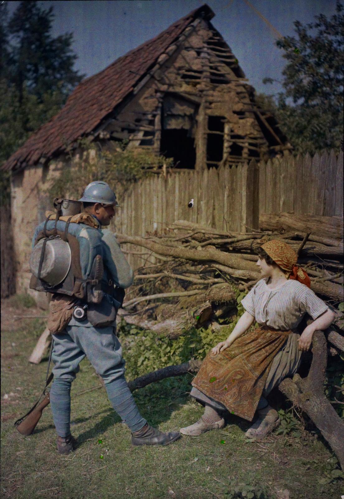 Jean-Baptiste Tournassoud(1866-1951), Conversation entre un poilu et une paysanne, 14-18, autochrome.