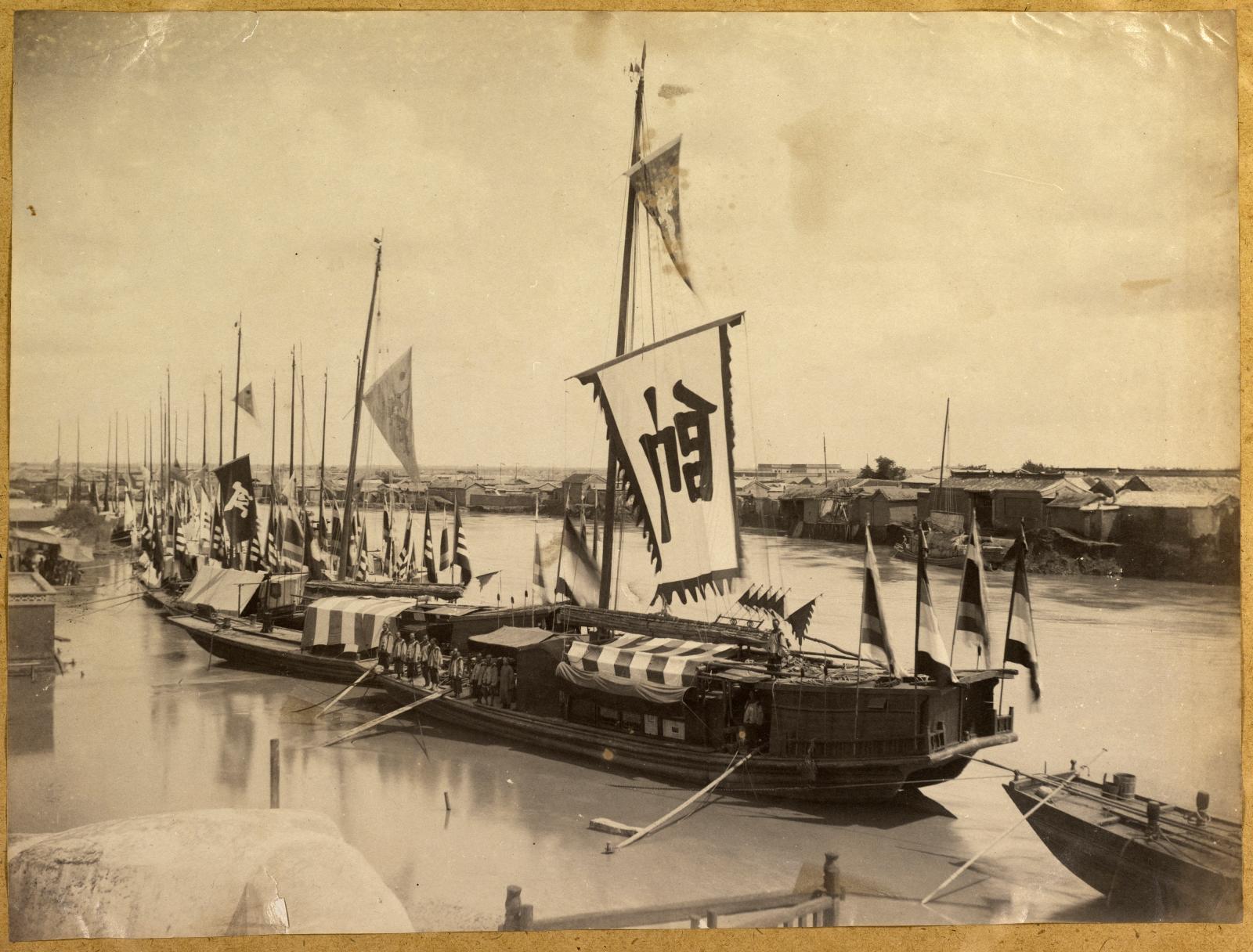 Anonyme, Jonques de l'armée du Petchili sur le fleuve Pei-Ho, vers 1888-1890, région de Tianjin, Chine, tirage monochrome sur papier albuminé, 18x24