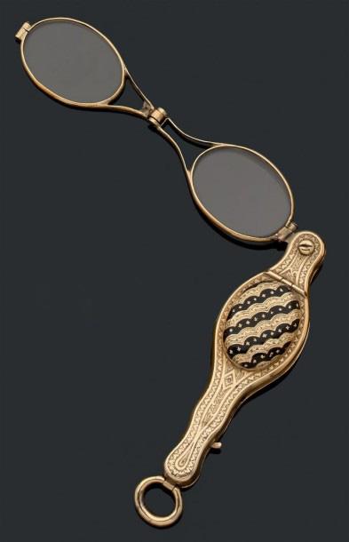687€Vers 1830, face-à-main en or jaune ciselé de feuillages et de rinceaux,un cabochon ciselé et émaillé dissimule un compartiment vinaigrette, poids