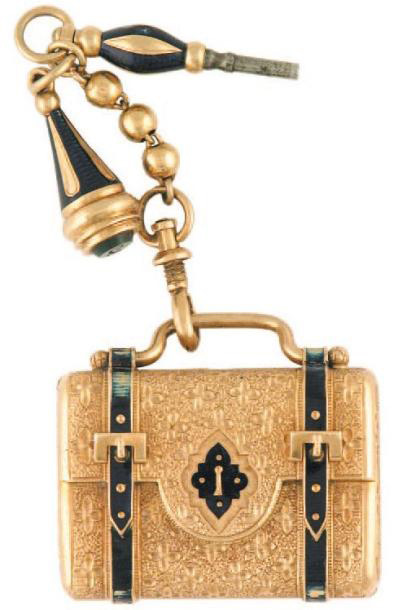 2674€Milieu du XIXesiècle, montre de sac à boîtier savonnette en forme de valise en or ciselé et émaillé, chaîne avec clé et cachet, cadran à aigui