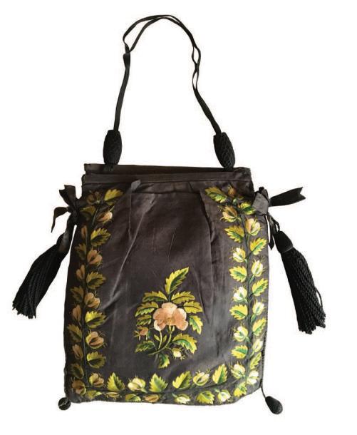 375€Vers 1805-1815, réticule en soie brodé de feuilles et de roses au point lancé, monté sur baguettes, pompons de passementerie de soie, poignées or
