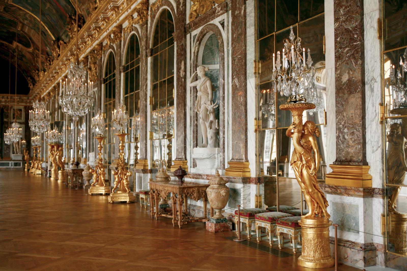 La galerie des Glaces au château de Versailles, restaurée par l'atelier Vincent Guerre de 2004 à 2007. © François Poche