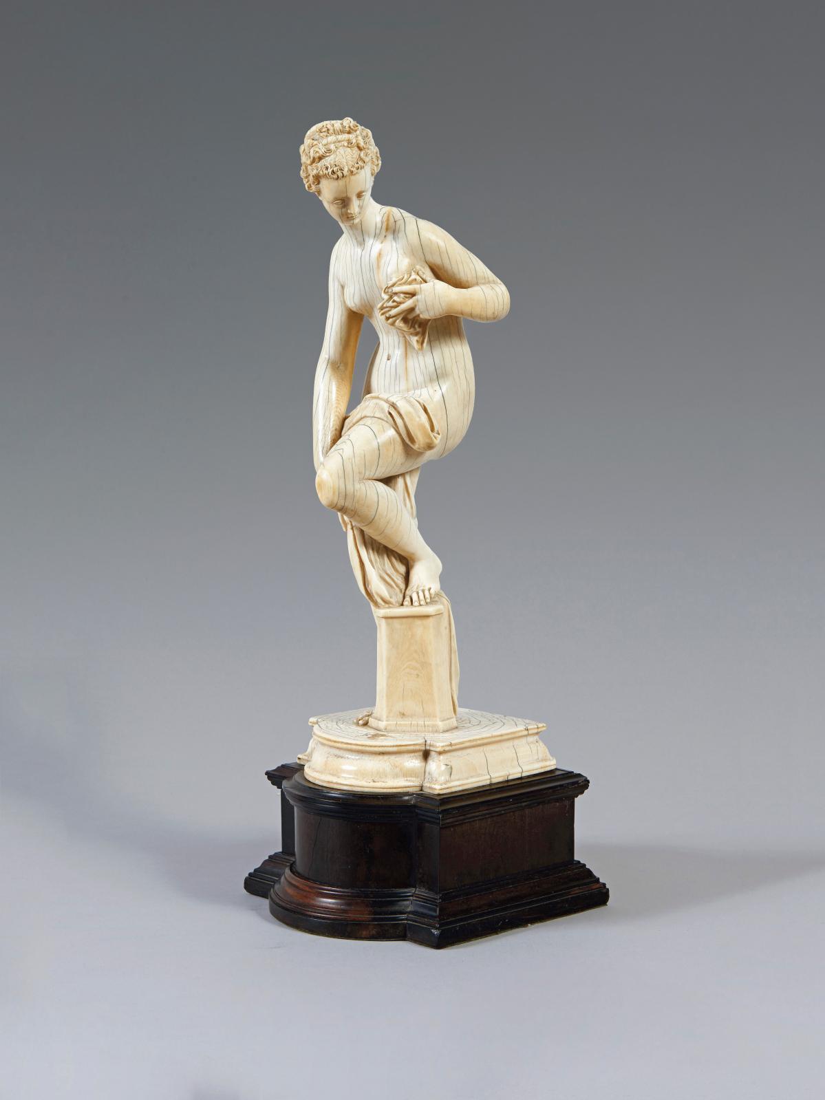 Statuette en ivoire sculpté représentant Vénus sortant du bain, d'après le modèle de Jean deBologne, probablement fin du XVIIIe ou début du XIXesièc