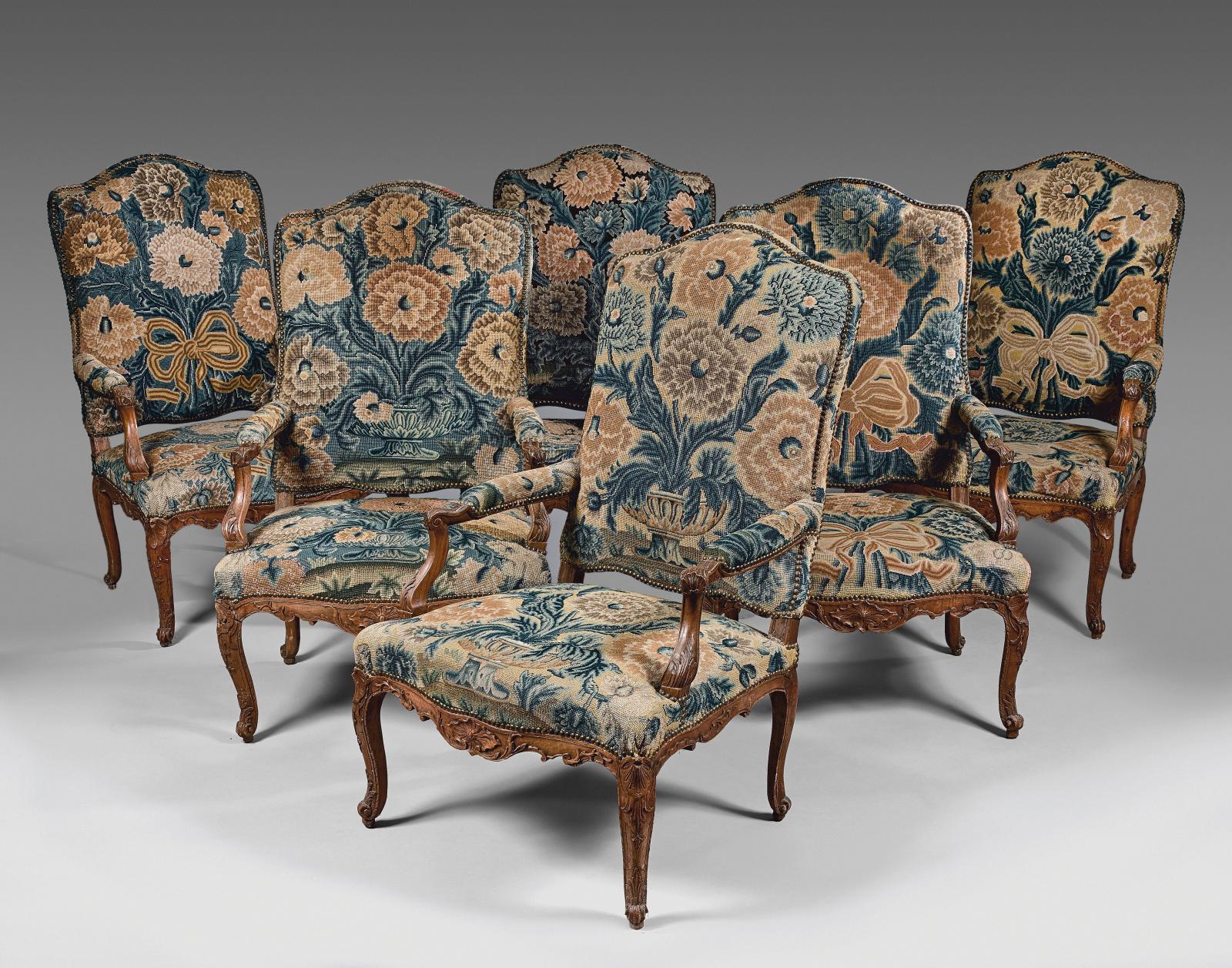 Mobilier de salon en noyer sculpté de coquilles, feuillages, quadrillages et fleurons, comprenant six fauteuils et un canapé, début de l'époque Louis