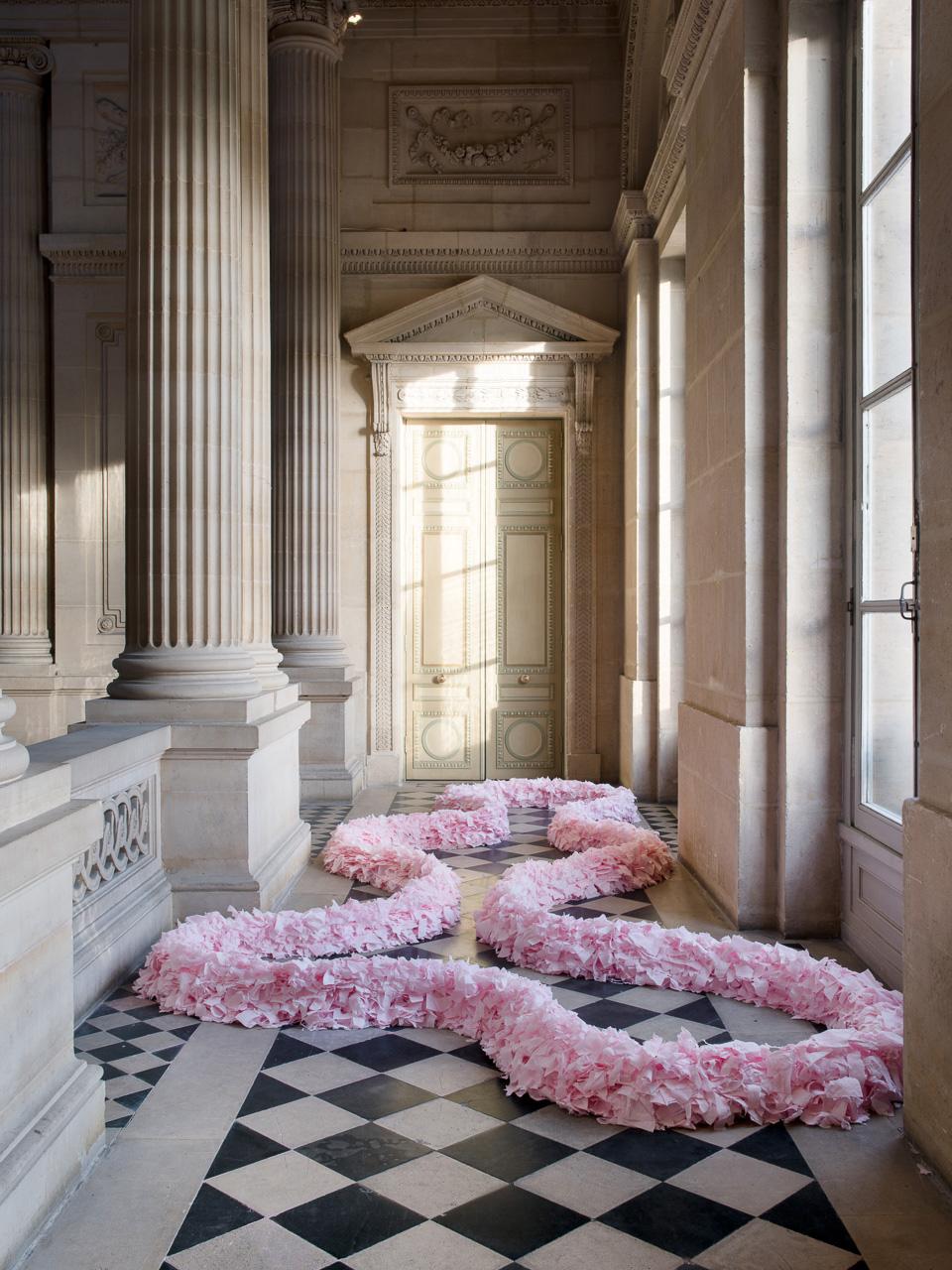 Michel Blazy (né en 1966), Mille feuilles, 1993-1994, papier toilette rose, dimensions variables, collection Centre Pompidou. Courtesy de l'artiste, A