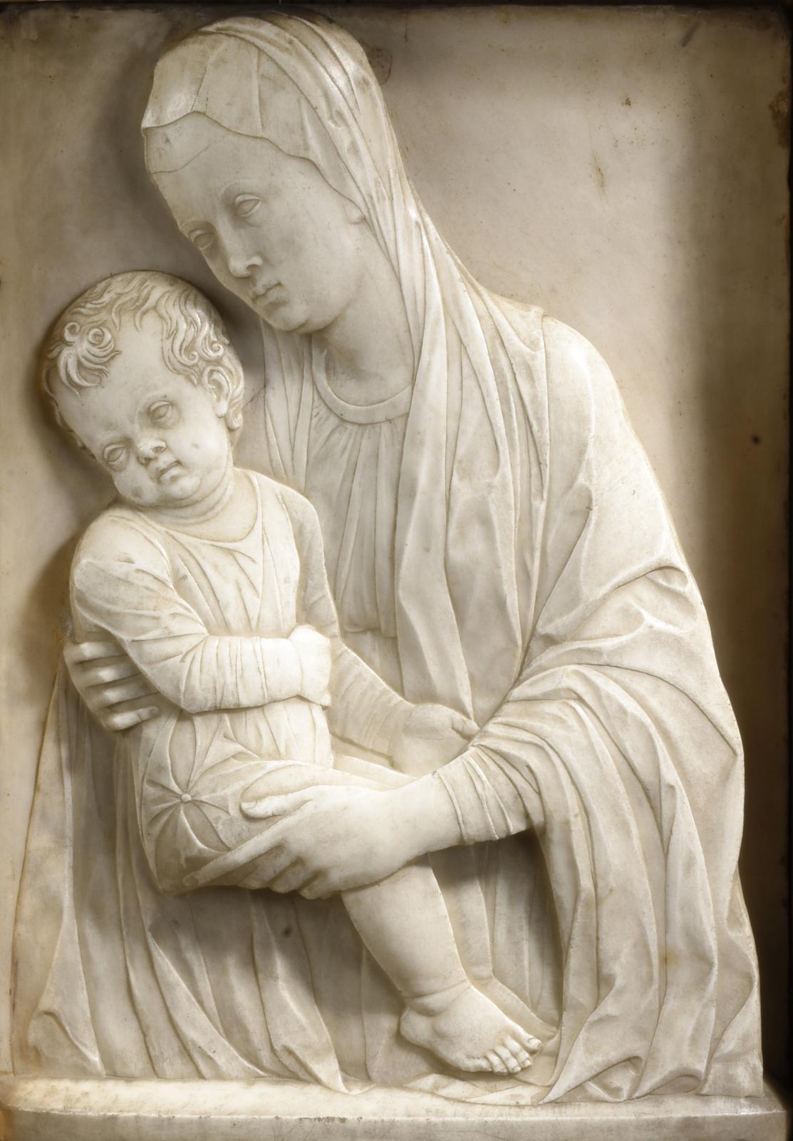 Entourage d'Antonio Rizzo (1430-1499), Vierge à l'Enfant en marbre blanc, traces de dorure, 52,5x36,8cm (hors cadre, détail reproduit). Estimation