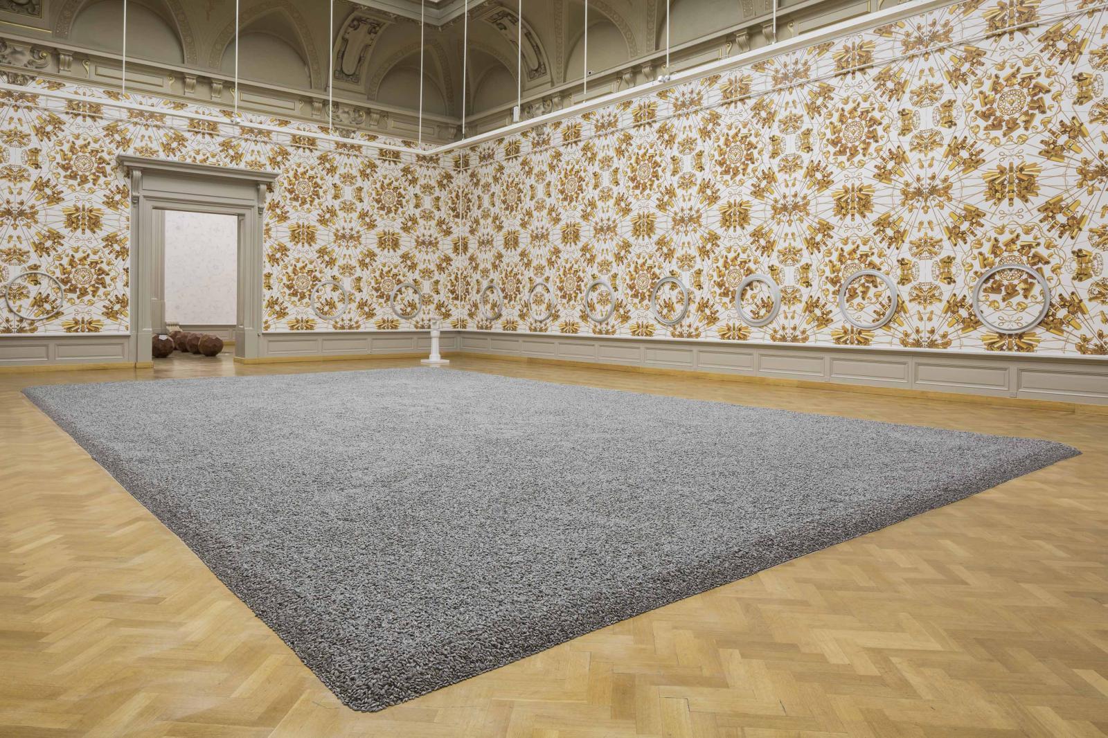 Sunflower Seeds (2010, porcelaine) et The Animal That Looks Like a Llama but is Really an Alpaca (2015, papier peint), exposition «Ai Weiwei. D'ailleu