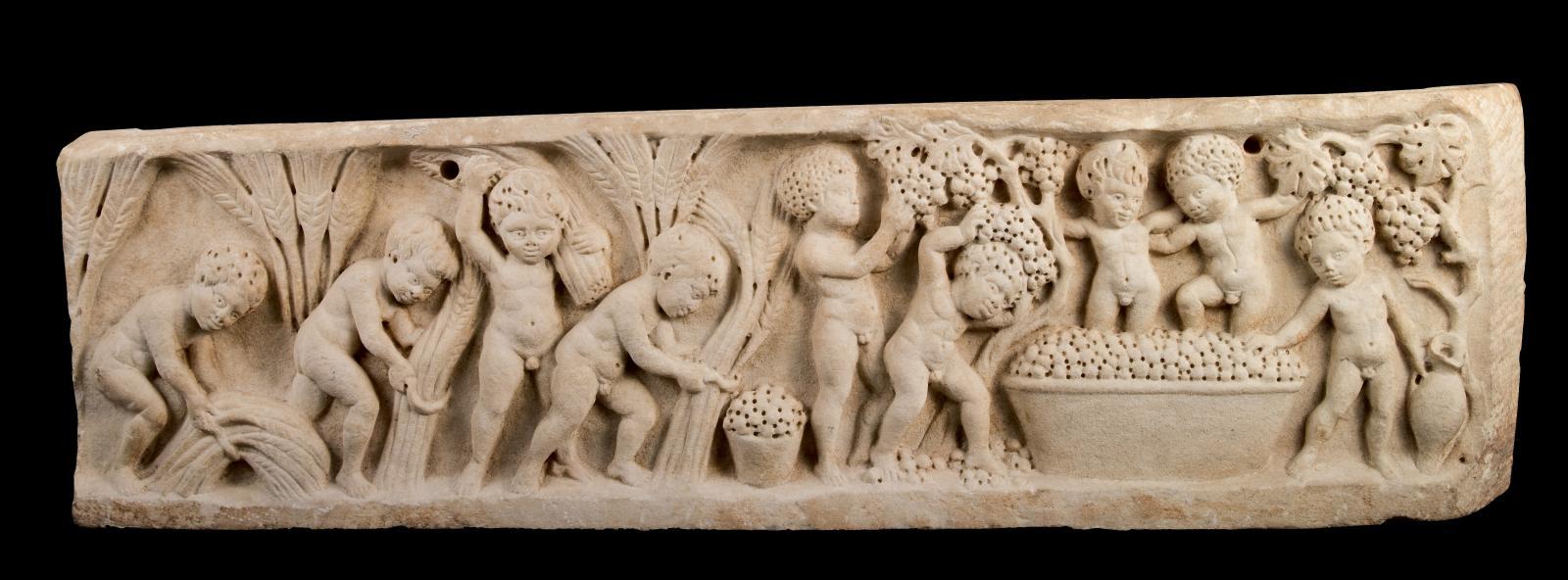 Art romain, IIIe-IVesiècle. Relief de sarcophage d'enfants aux amours vendangeurs et moissonneurs, marbre, h.27cm. Estimation: 100000/150000€