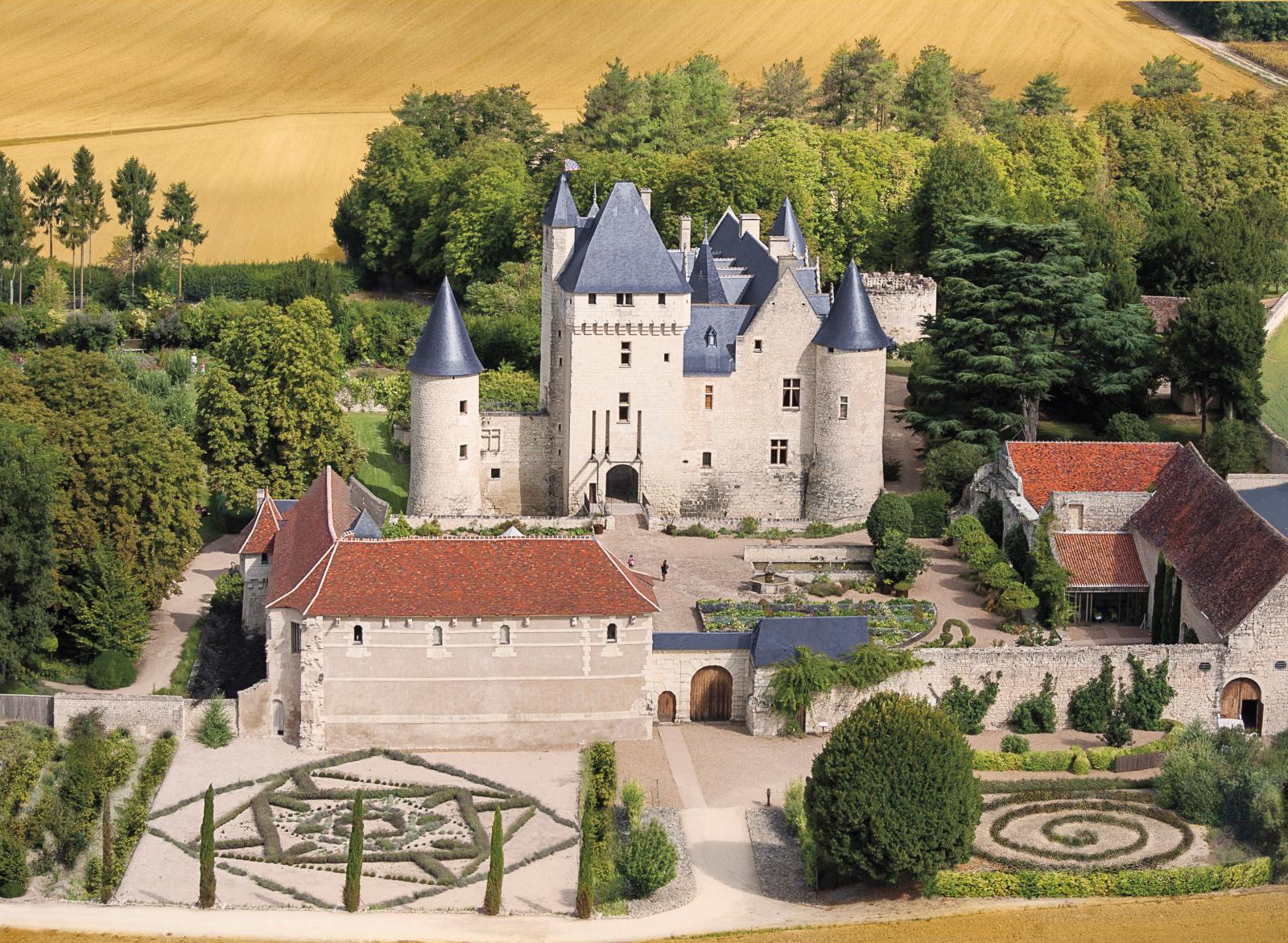 Vue aérienne du château du Rivau et de ses jardins.