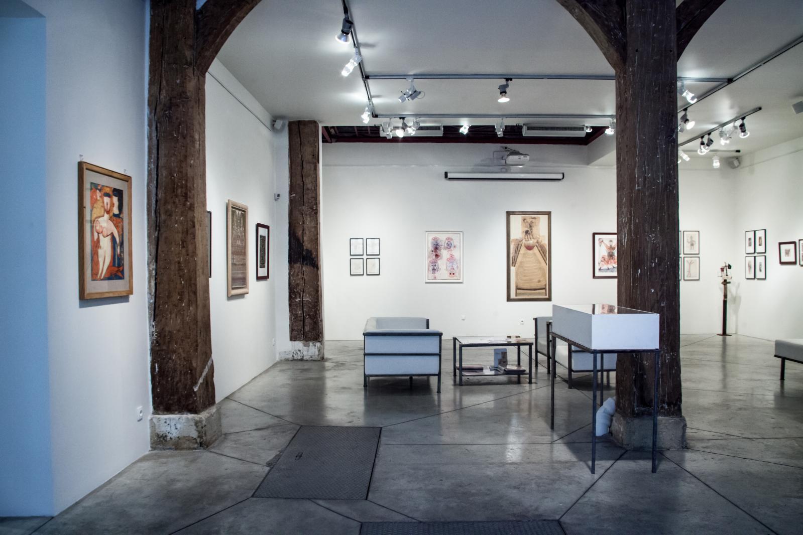 Vue de la galerie Christian Berst, lors de l'exposition «Art brut, masterpieces et découvertes. Carte blanche à Bruno Decharme», en octobre-novembre 2