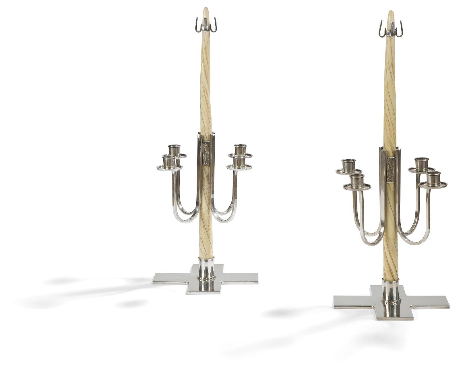 Paire de candélabres à quatre lumières, argent et dent de narval, h.51cm. Estimation: 20000/30000€