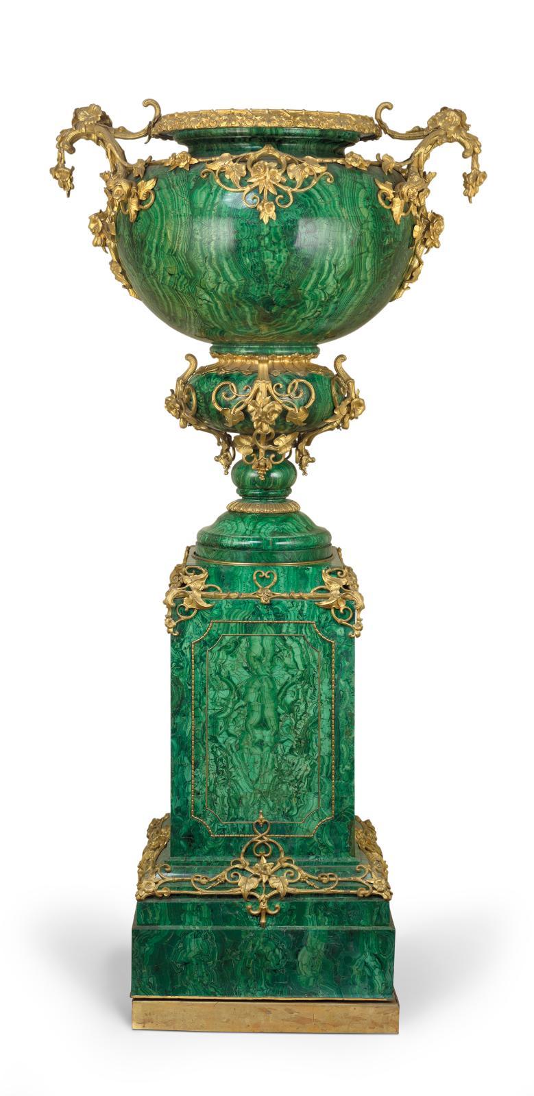 Vase et piédestal, 220x100x79cm, vers 1850, Davidoff, Saint-Pétersbourg, malachite et bronze doré. Achat de la reine Victoria et du prince Albert