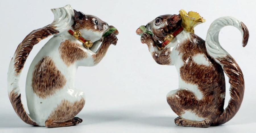Modèle de Johann Joachim Kändler (1706-1775), paire de théières formées d'écureuils, les noisettes formant le déversoir, XVIIIesiècle, porcelaine, h.