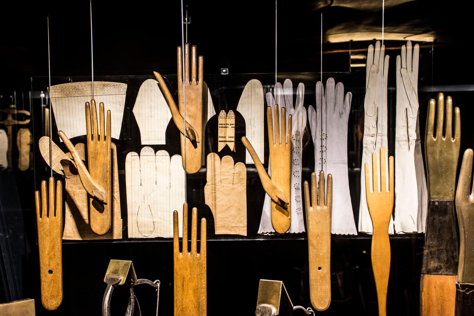 Les outils, ici du gantier, autre sujet de curiosité pour Emmanuel Pierrat.