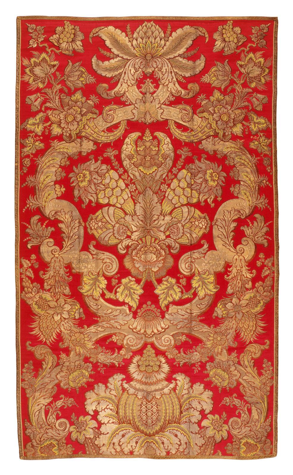 Roussel (dessinateur) et Jean-Jacques Barnier (?), meuble en brocart à fond cramoisi et or, commandé en 1730 et livré en 1733 pour le service du roi,