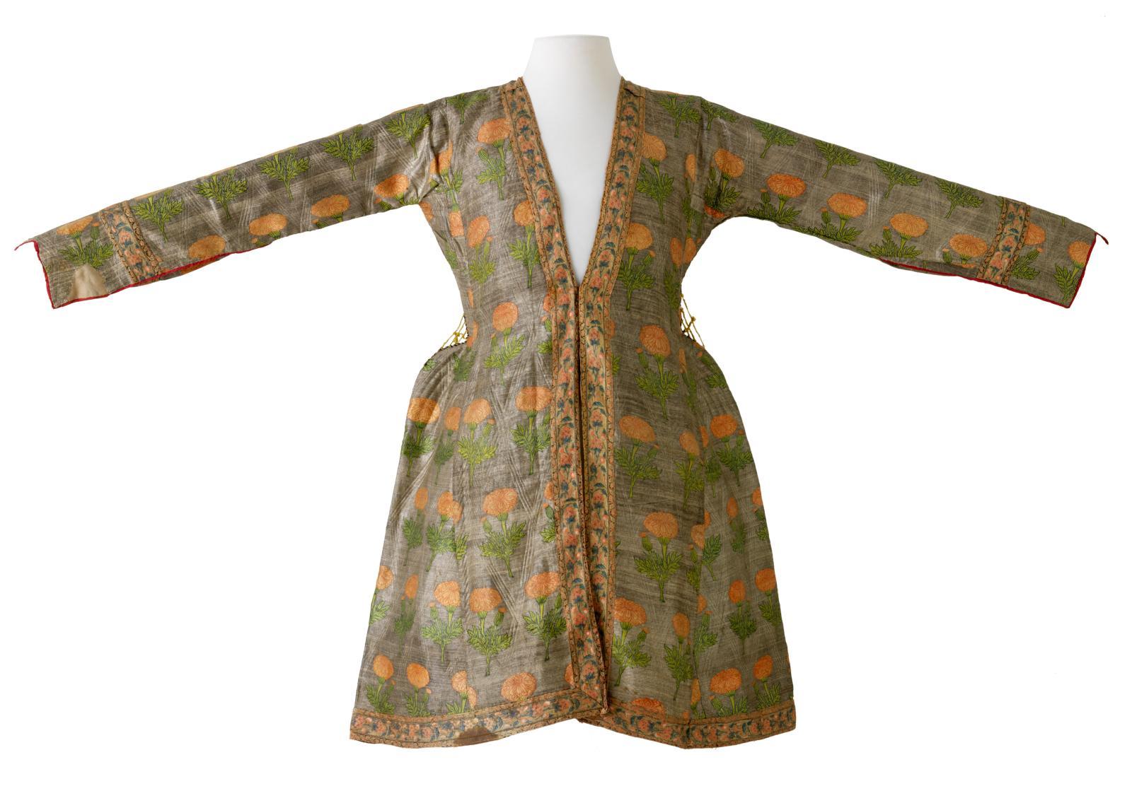 Manteau à décor d'œillets, Iran, milieu du XVIIesiècle (époque safavide), soie.