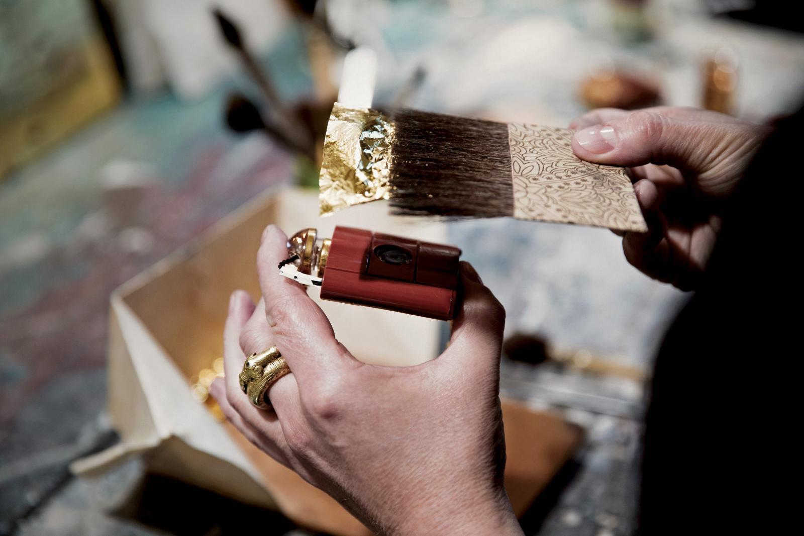 Création de reflets d'or pour célébrer le 40eanniversaire du parfum Opium, Yves Saint Laurent, Beauté, série limitée et numérotée, novembre2017, feu