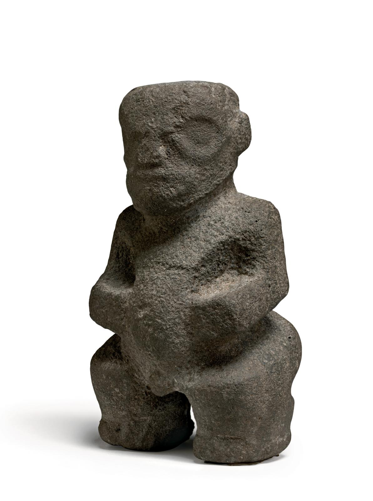 Iles Marquises, Polynésie française, XVIIIesiècle. Statue Tiki ke'a, basalte, 14,5 cm. © Michael Evans