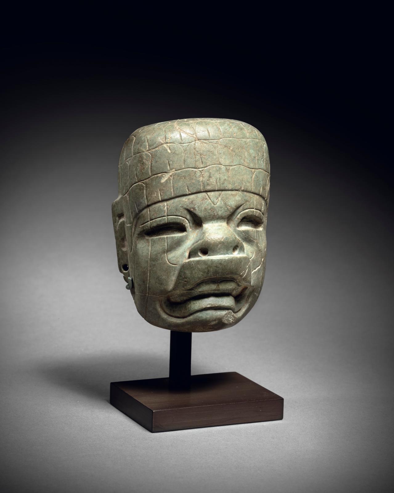 Culture olmèque, Mexique préclassique moyen 900-400 av. J.-C. Petit masque représentant un homme-jaguar, pierre verte, h. 10cm. Estimation: 50000/6