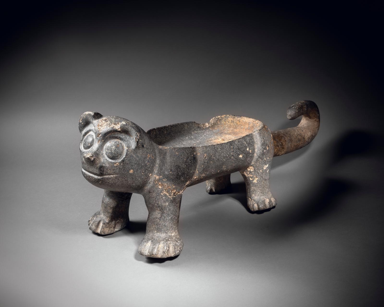 Culture xochipala, Mexique préclassique moyen, 1200-900 av. J.-C. Grand récipient en forme de félin, serpentine gris-vert foncé, h. 30,5, l. 87cm. Es