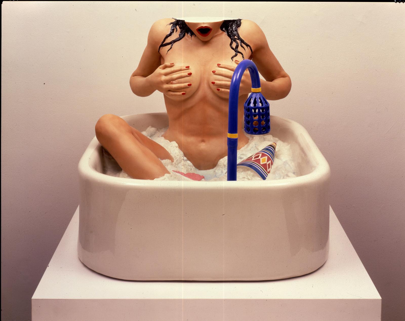 Jeff Koons (né en 1955), Woman in Tub, 1988, porcelaine, 60,3x91,4x68,6cm. Collection Monique Barbier-Mueller. Exposition Biennale Paris 2017. Ph