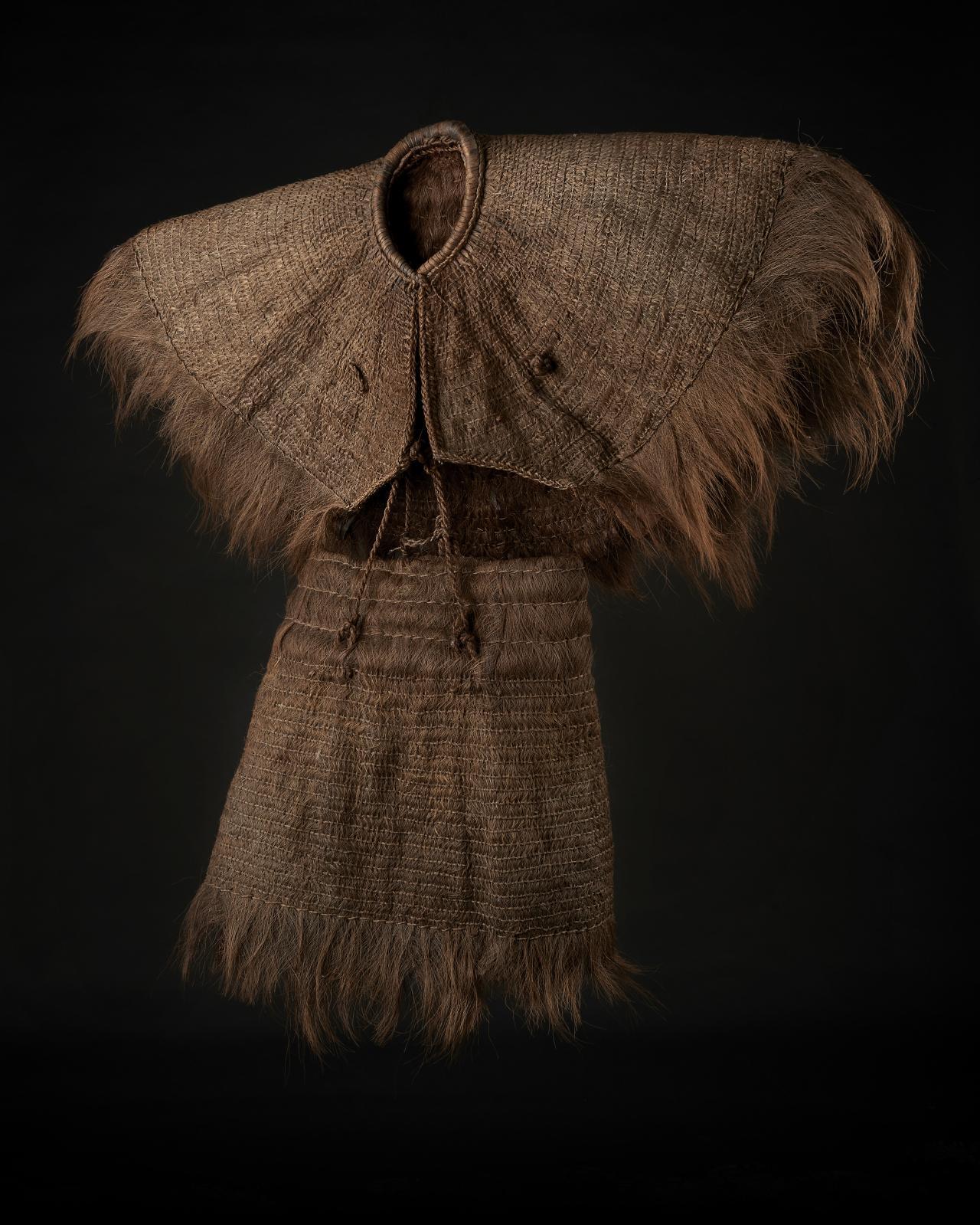 Costume de pluie en fibre de palmier, Chine, composé d'une jupe et d'une veste, 120x110cm. Estimation: 500/600€