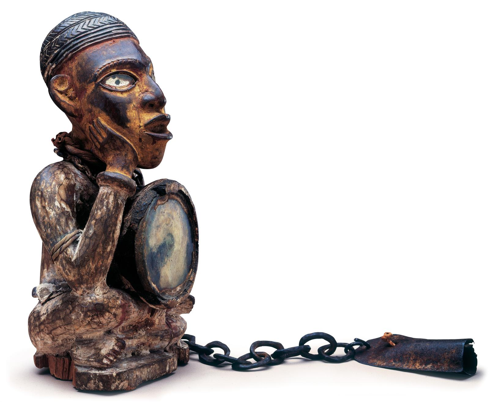 Kongo/Vili, République du Congo. Statuette en bois, miroir, fer et pigments, h.29cm, rapportée en 1908 du Congo (Brazzaville), Fondation Dapper, Par