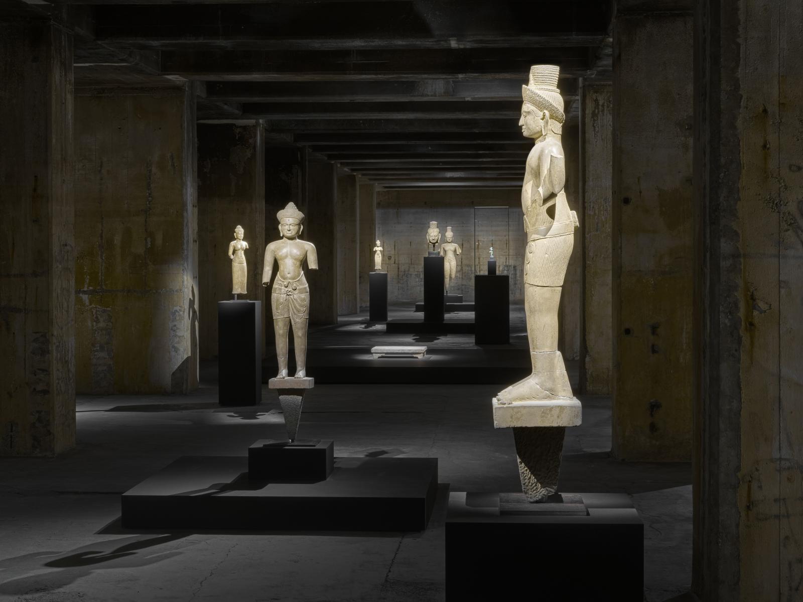 The Lake Room, avec des statues de divinités khmères (Xe-XIIIesiècle) et une plateforme en pierre, de la dynastie Han (IIesiècle av. J.-C.-IIesiè