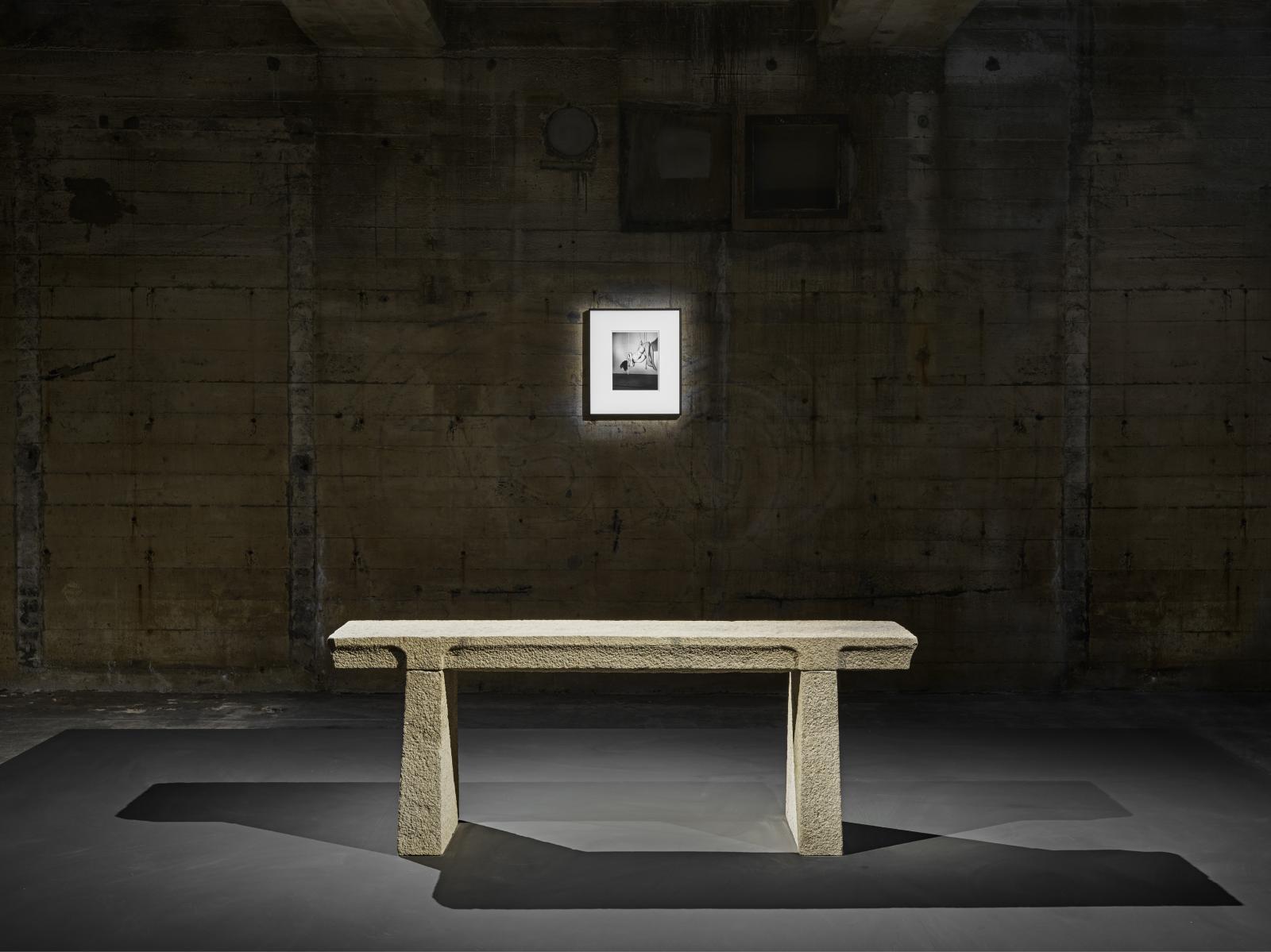 Vue d'une installation de la collection Feuerle avec une photographie de Nobuyoshi Araki (Kinbaku, 1979-2015), et une table d'écriture en pierre, de l