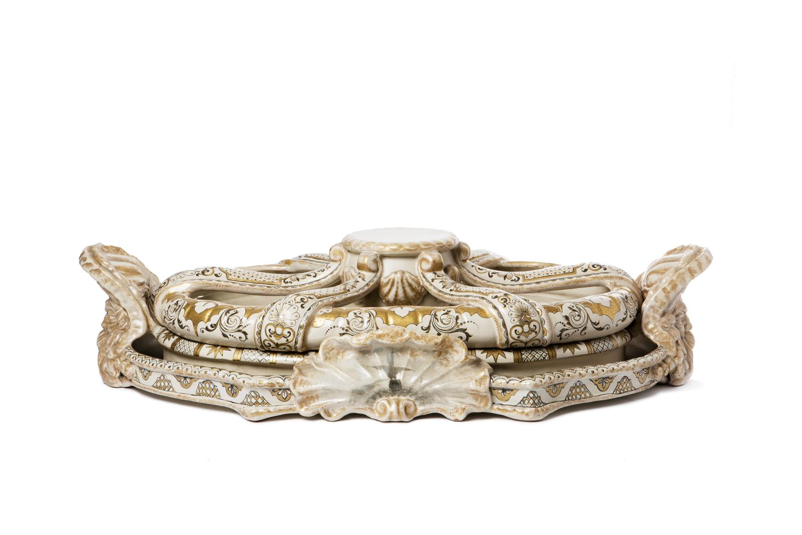 Émile Gallé, surtout de table en céramique formé par deux éléments amovibles; la base, ornée de deux visages d'homme formant prises et de deux coquil