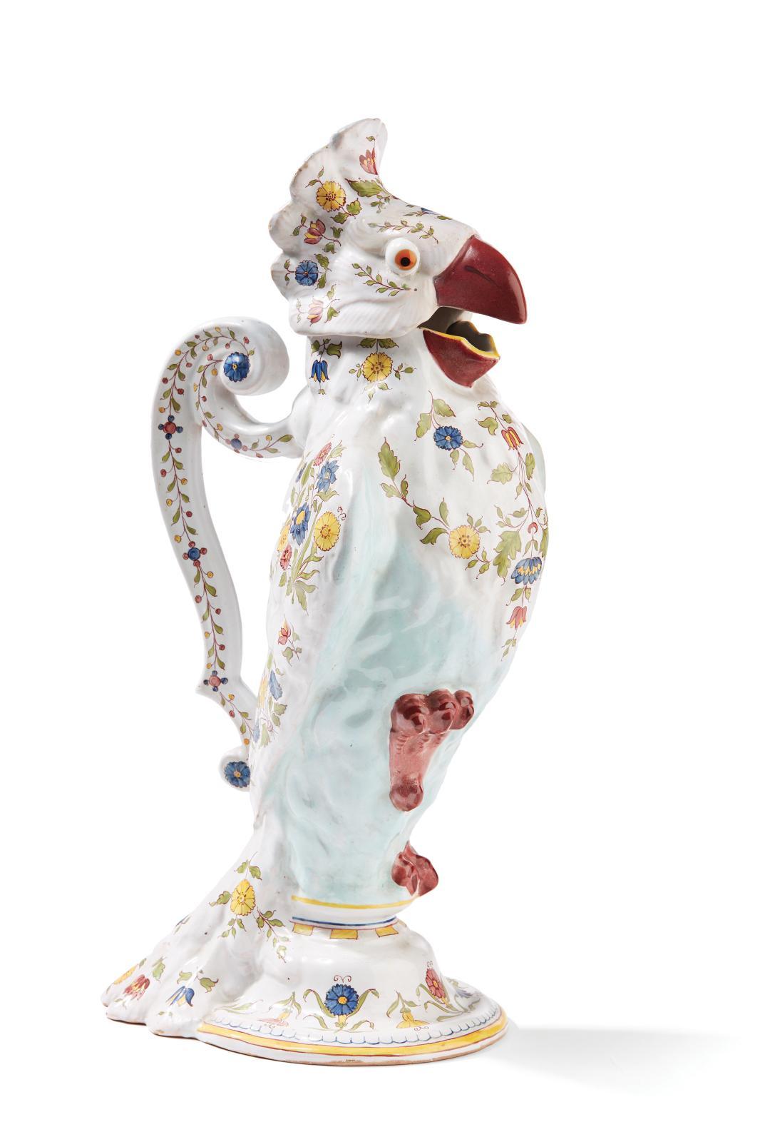 Émile Gallé, pichet zoomorphe en faïence figurant un cacatoès à décor de motifs floraux émaillés polychromes, vers 1880, h.36cm. Paris, Drouot, 4 ma