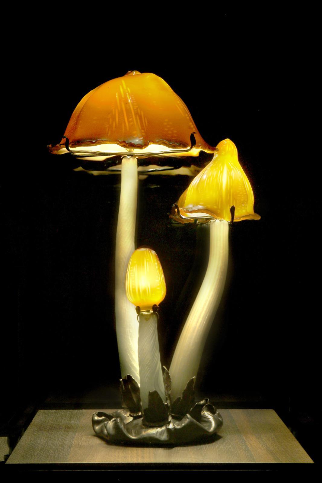 Émile Gallé(1846-1904), lampe Les Coprins, vers 1902, verre multicouche soufflé, modelé à chaud et travaillé à la roue, h.83,8cm, diam. de base 31,