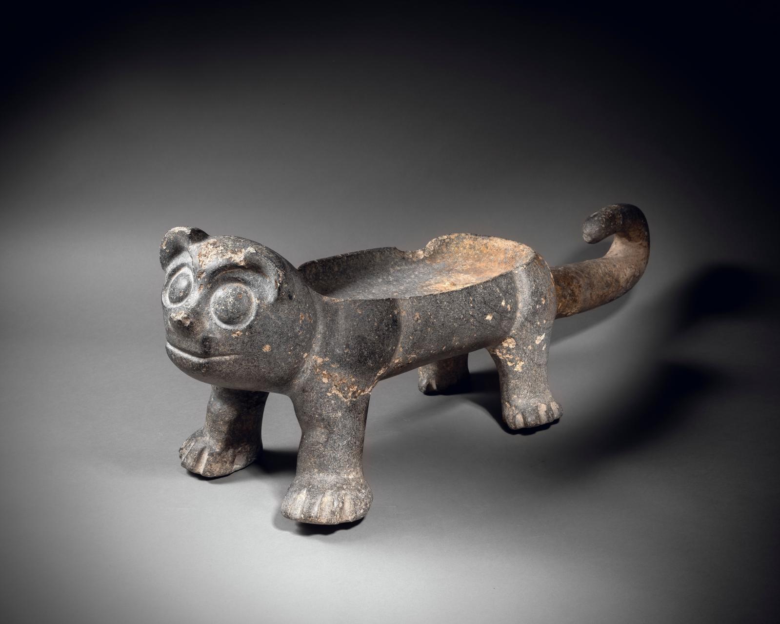 Xochipala culture, Middle Pre-classic Mexico, 1200-900 BC, large feline-shaped vessel, grey-dark green serpentine, h. 30.5, l. 87 cm. Estimate: €250,0