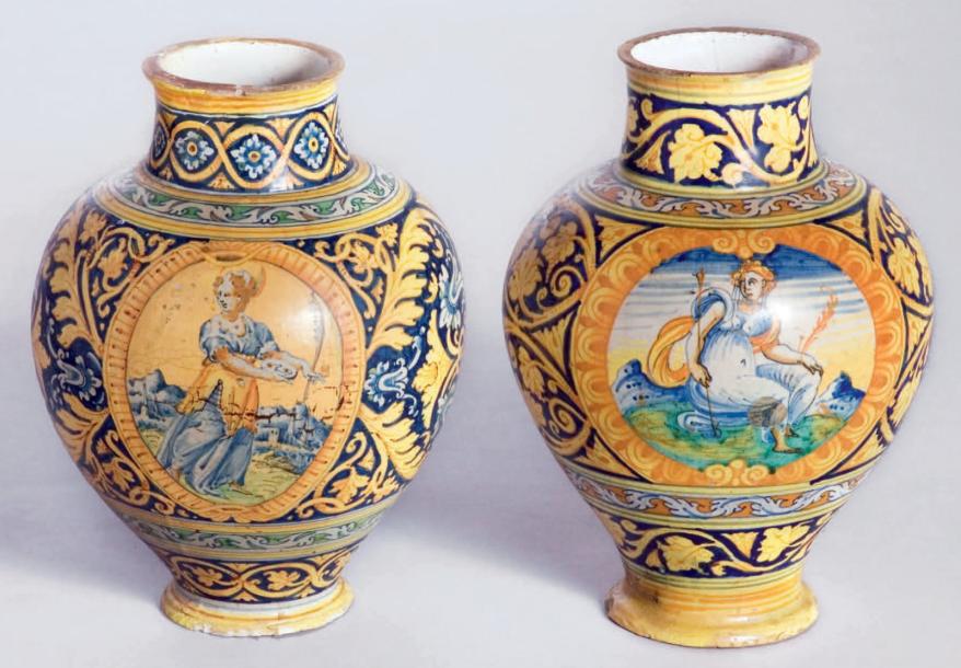 Sicile (Palerme?), XVIIIesiècle. Vases à panse globulaire formant pendant, à décor polychromede martyres à la palme, h.35cm. Drouot, 5avril 2013.