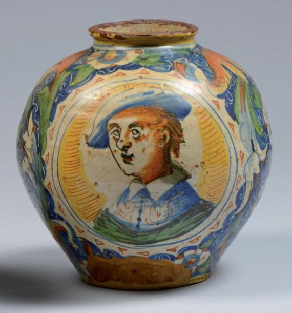Venise, atelier de Maestro Domenico, fin du XVIIesiècle. Vase de forme boule à décor polychrome d'un portrait d'homme dans une réserve, h.25cm, dia