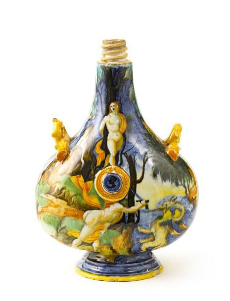 Urbino, vers 1540. Gourde de forme balustre à deux passants, à décor polychrome a istoriato sur une face de Persée délivrant Andromède et sur l'autre,