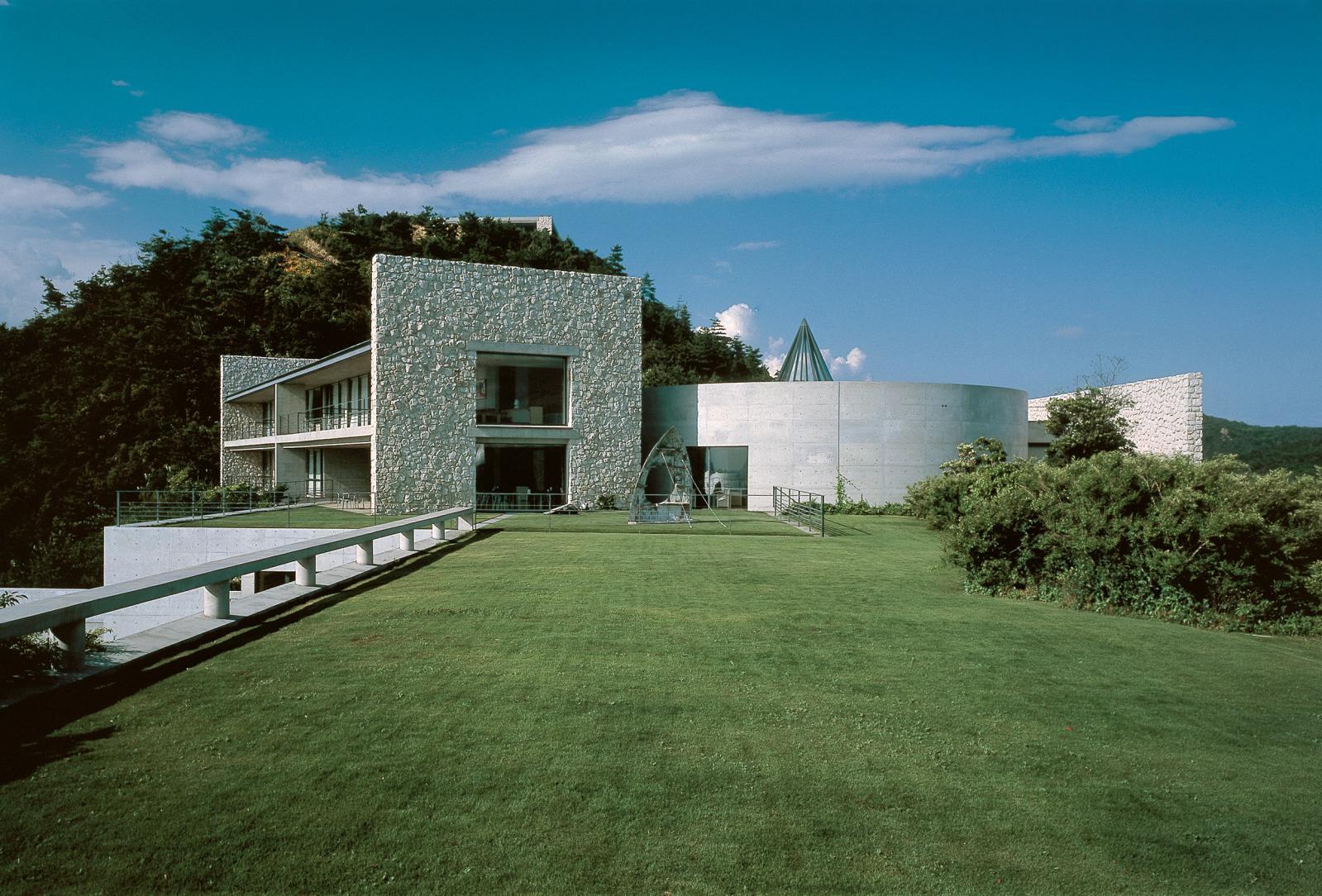 Le musée et hôtel de luxe Benesse House Museum, construit par Tadao Ando, a ouvert sur l'île de Naoshima en 1992.