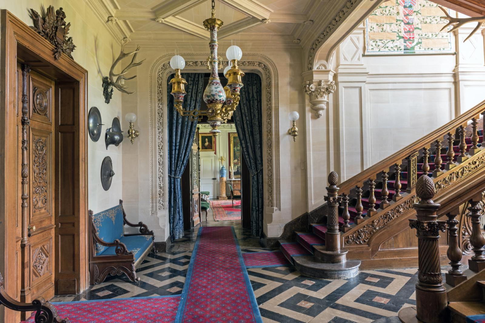 Vue de l'entrée duchâteauavec, sur la droite, le grand escalier décoré dans un style Renaissance par les sculpteursDuthoit en 1849. ©Xavier Defaix