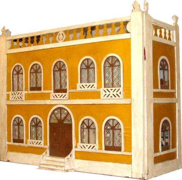 2340€Maison de poupée, fin du XIXesiècle, bois peint, figurant un palais italien du bord de mer, composée de 6 pièces avec mobilier 1900-1930.Salle