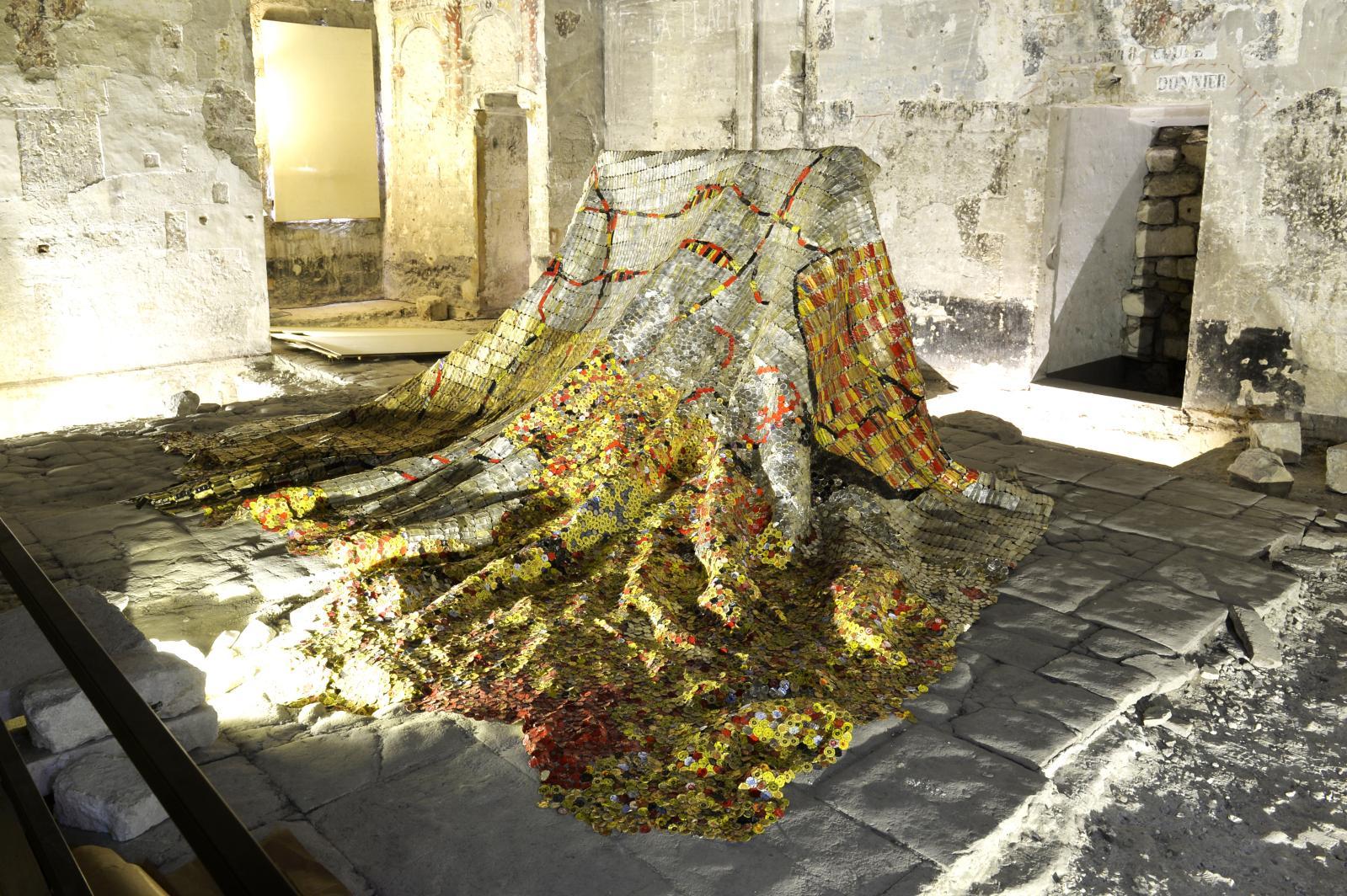 El Anatsui (1944), Confluences, 2008, bandes d'aluminium et fils de cuivre. Œuvre exposée au Palais des Papes à Avignon dans le cadre de l'exposition
