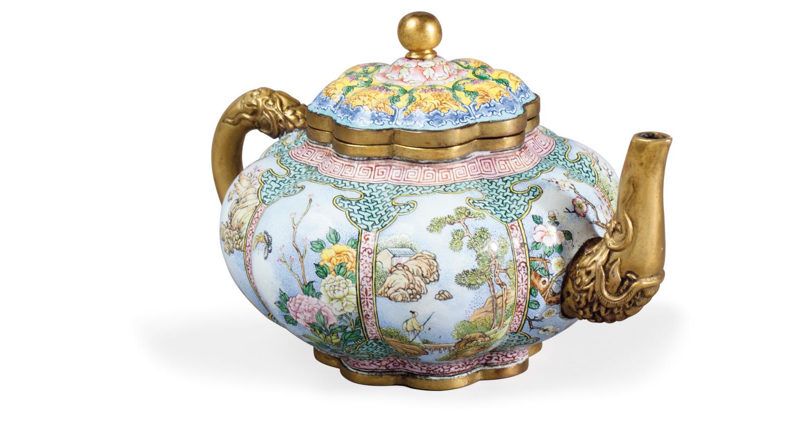 Chine, XVIIIesiècle. Petite théière de forme polylobée à décor en émaux dit «falangcai» sur cuivre, anse et bec verseur en cuivre doré; sur la base,