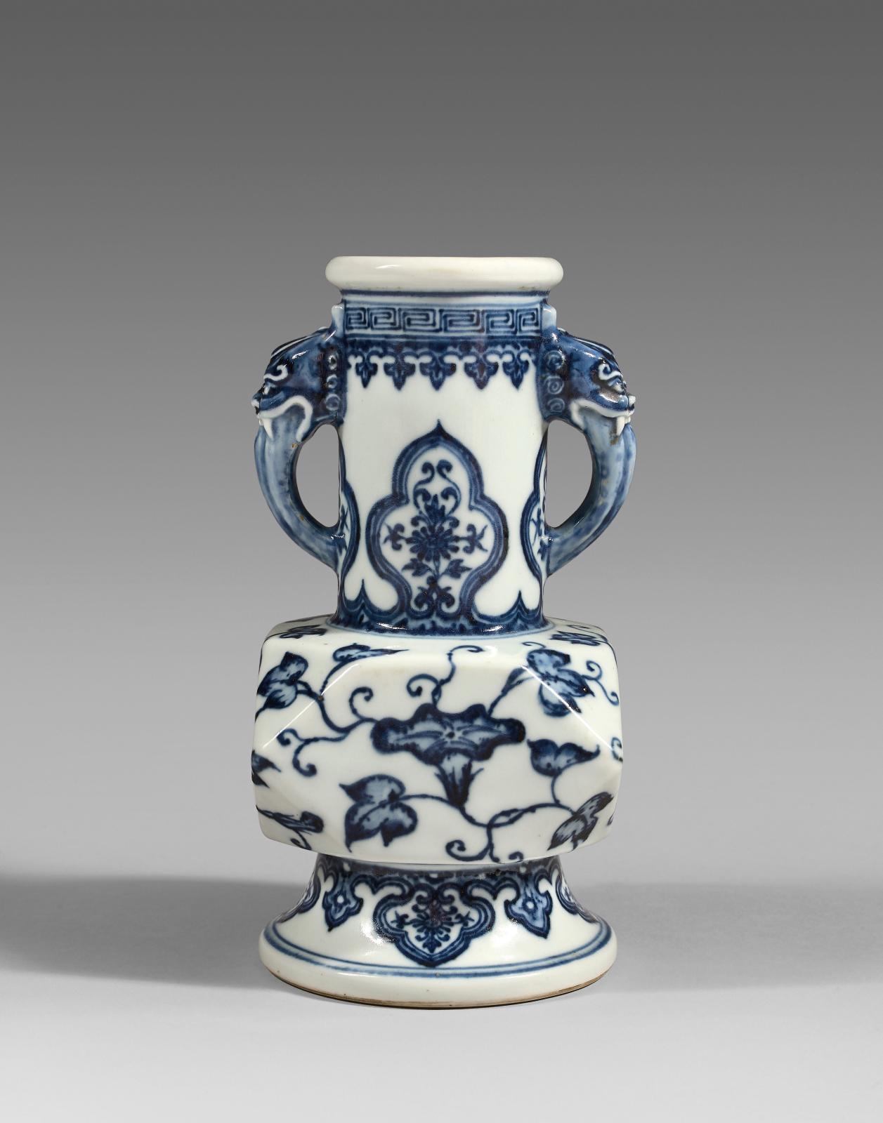 Chine, période Yongzheng (1723-1735). Vase en porcelaine de forme balustre à décor en bleu sous couverte; au revers, marque Yongzheng à six caractère